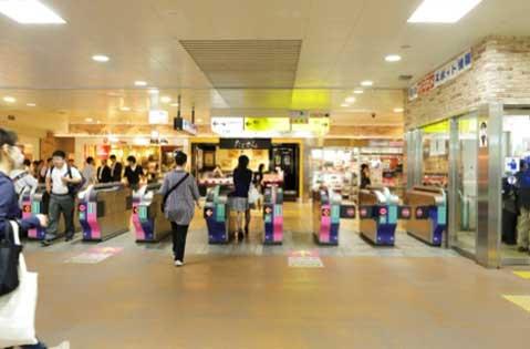 「志木駅」改札を出て右手(東口方面)に進みます。