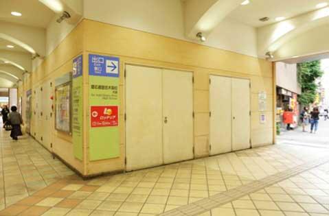 階段を下りて右側の出口(慶応義塾志木高校方面)を出て直進します。