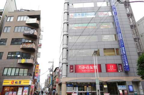 横断歩道を渡ったところに当院が入っている「川島屋ビル」があります。