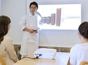 スライドを使って歯科治療について解説してる髙田孝俊院長