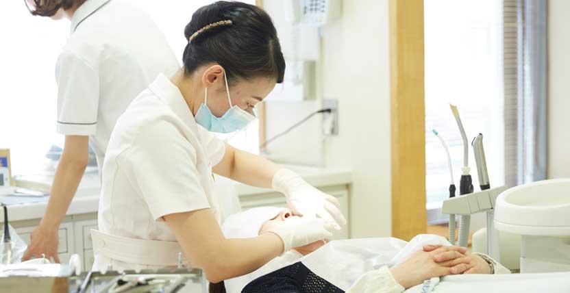 定期メンテナンスをする歯科衛生士