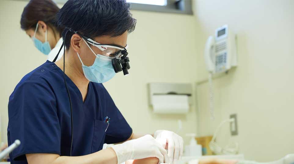 治療中の歯科医師