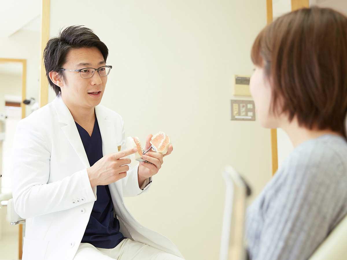 審美治療の説明をする歯科医師