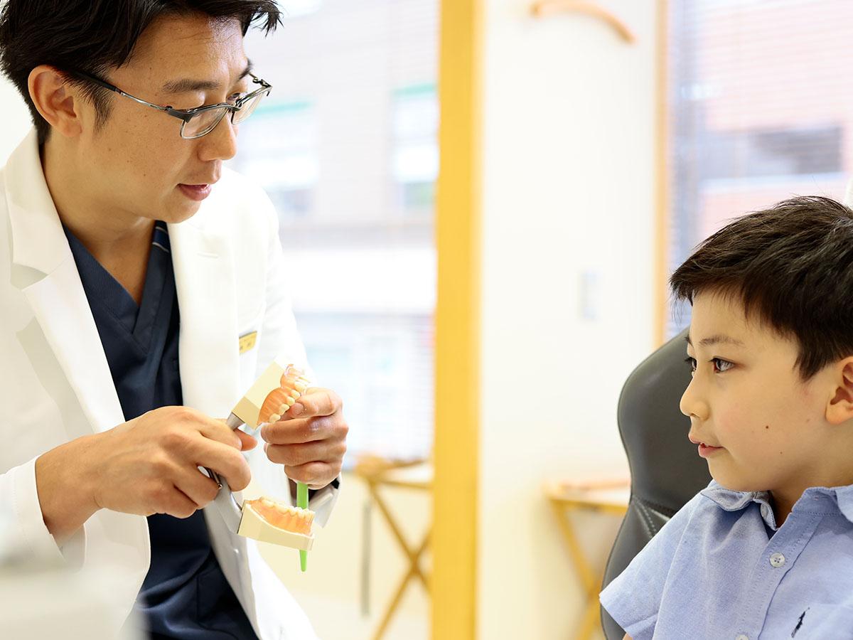 歯科衛生士と子供の患者