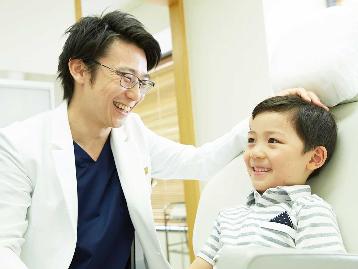 歯科医師と子供の患者