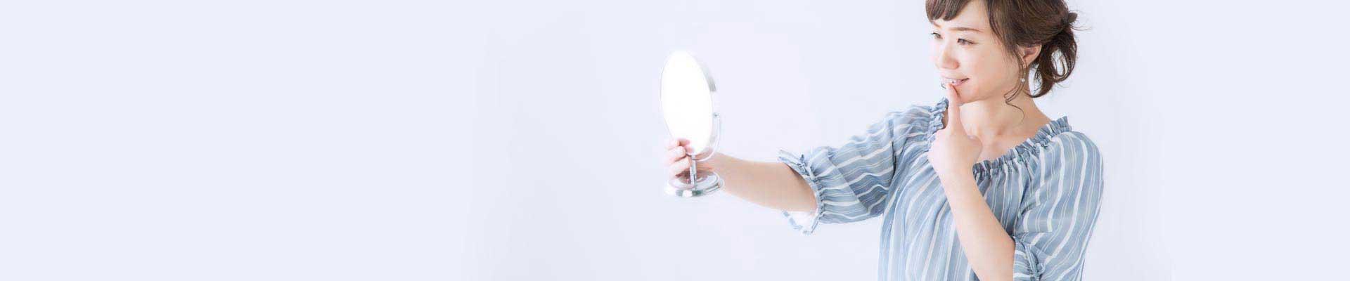 歯を鏡で見る女性