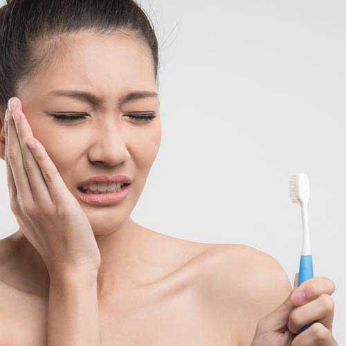 歯が痛そうな女性