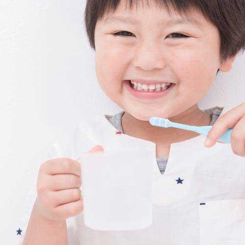 歯磨きしている子供